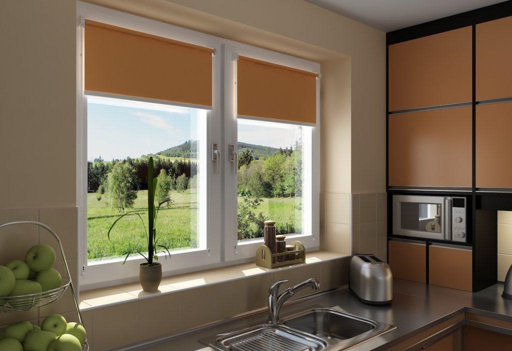 Roleta bezinwazyjna Mini na oknie kuchennym