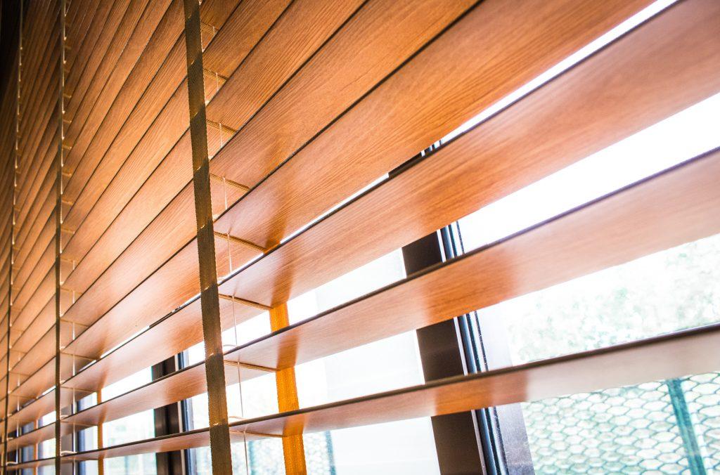Żaluzje drewniane bambusowe drewno wnętrze wygląd drewno bambus brąz czasnarolety