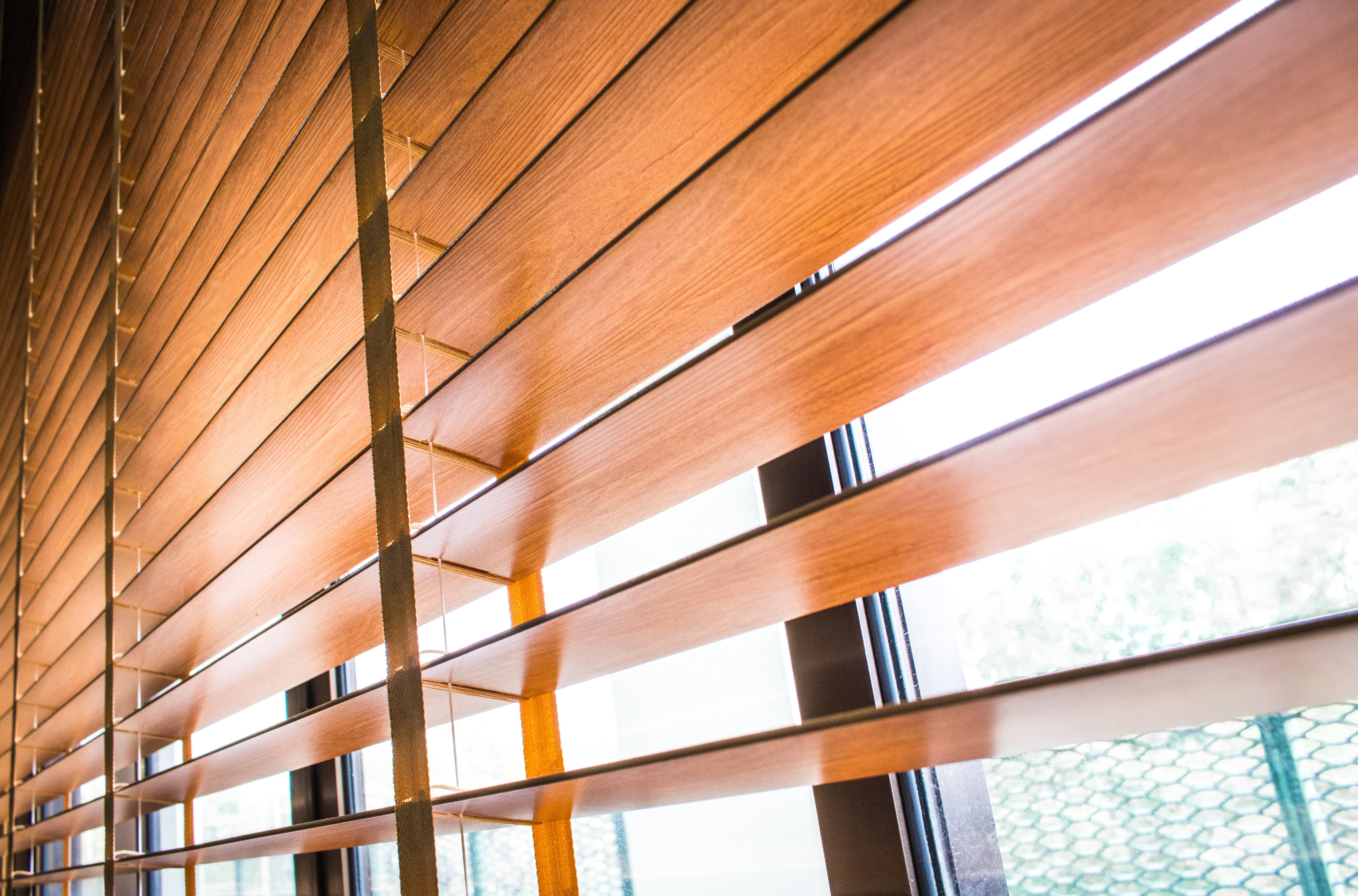 Żaluzje drewniane i bambusowe – co warto o nich wiedzieć?