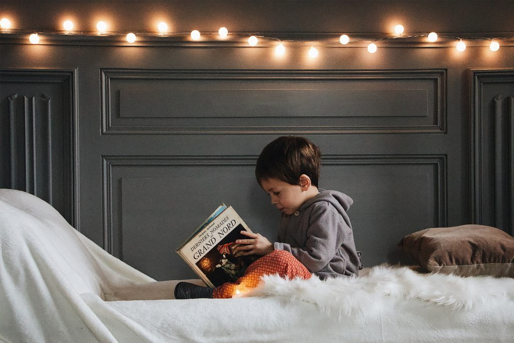 Chłopiec czytający książkę w tle cotton balls